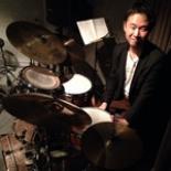 国内外で活躍するドラマー・力武誠さん、横須賀の隠れ家バーでジャズセッション