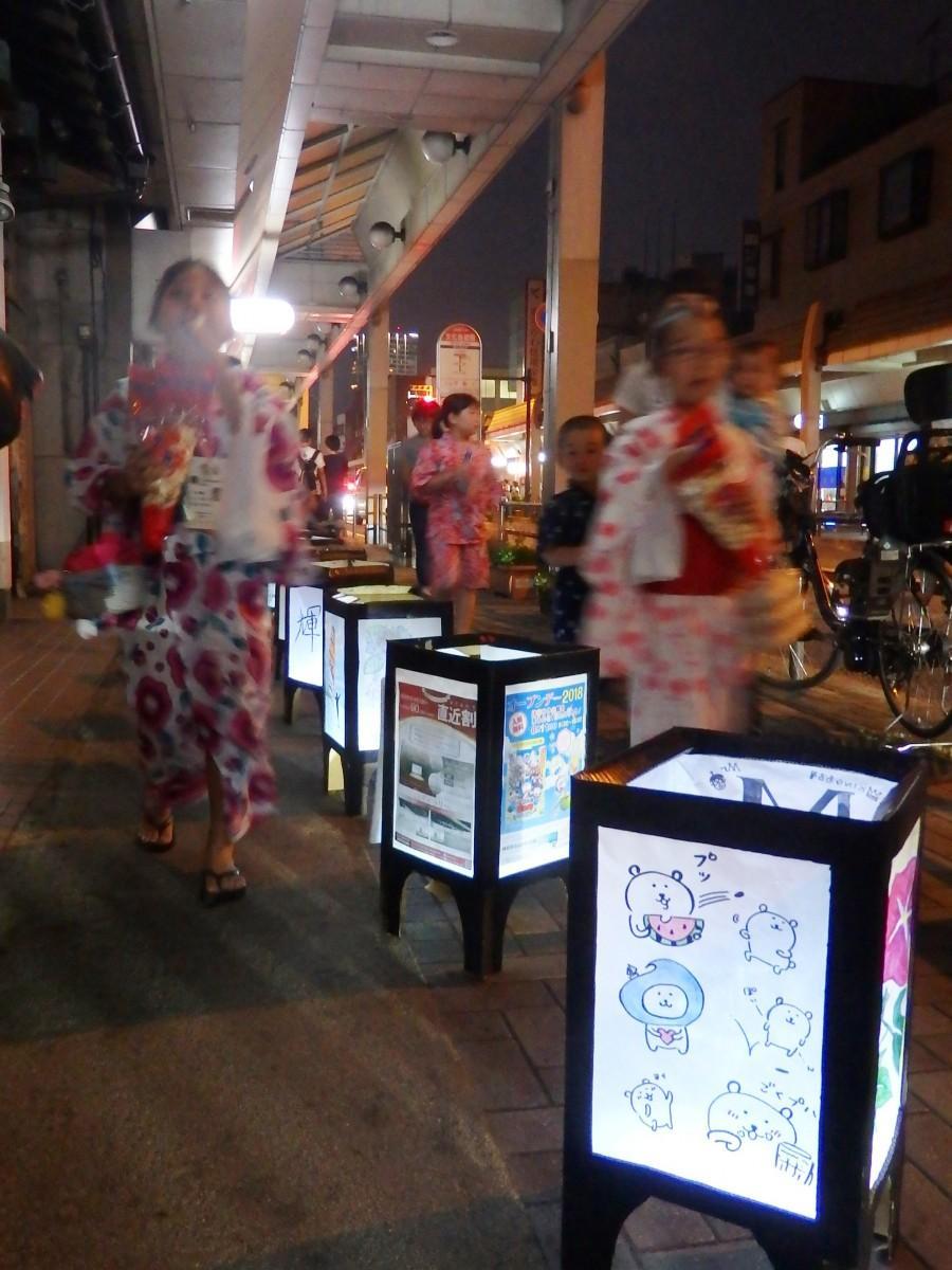 沿道には手書きの灯ろう約300個が並んで夏の夜を彩る