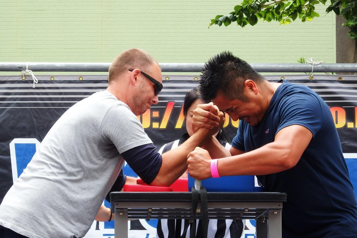 日米のマッチョな選手たちが対決する「Dobuita St.アームレスリング」(昨年の様子)