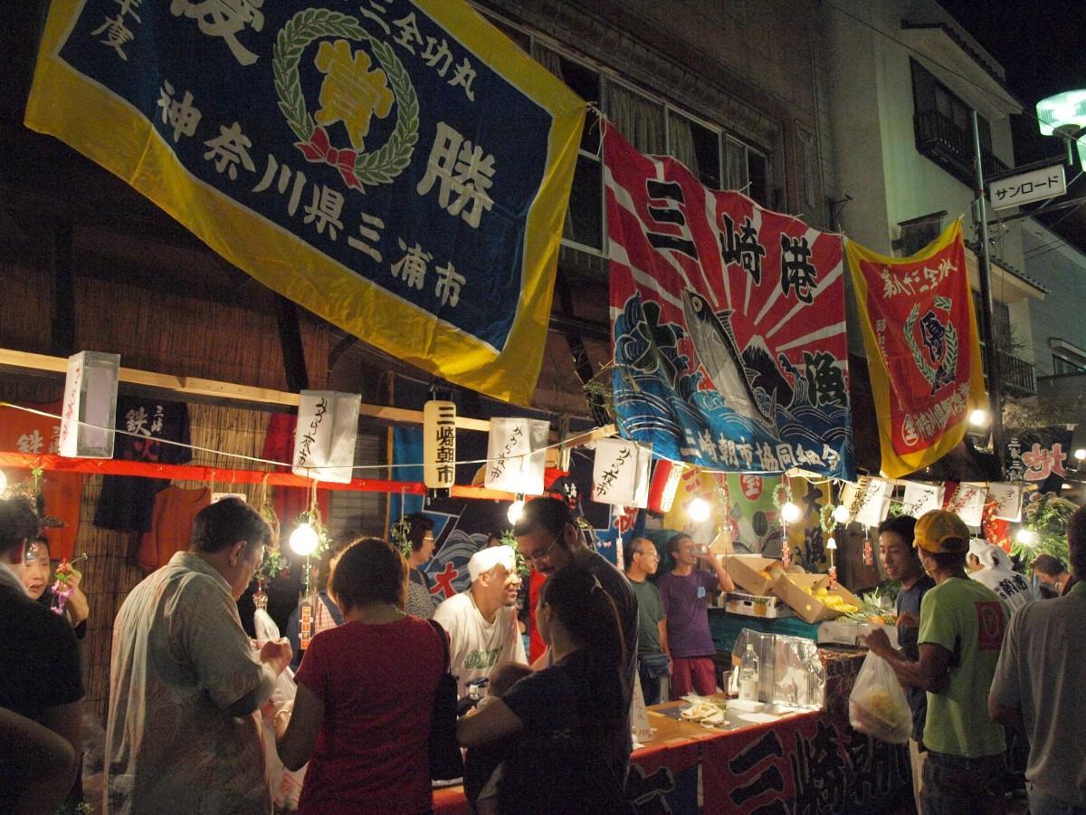 漁船ランプや大漁旗で彩られる「みうら夜市」