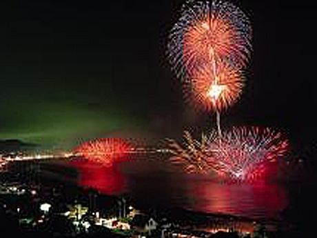 水中花火とスターマインが競演する三浦海岸花火大会