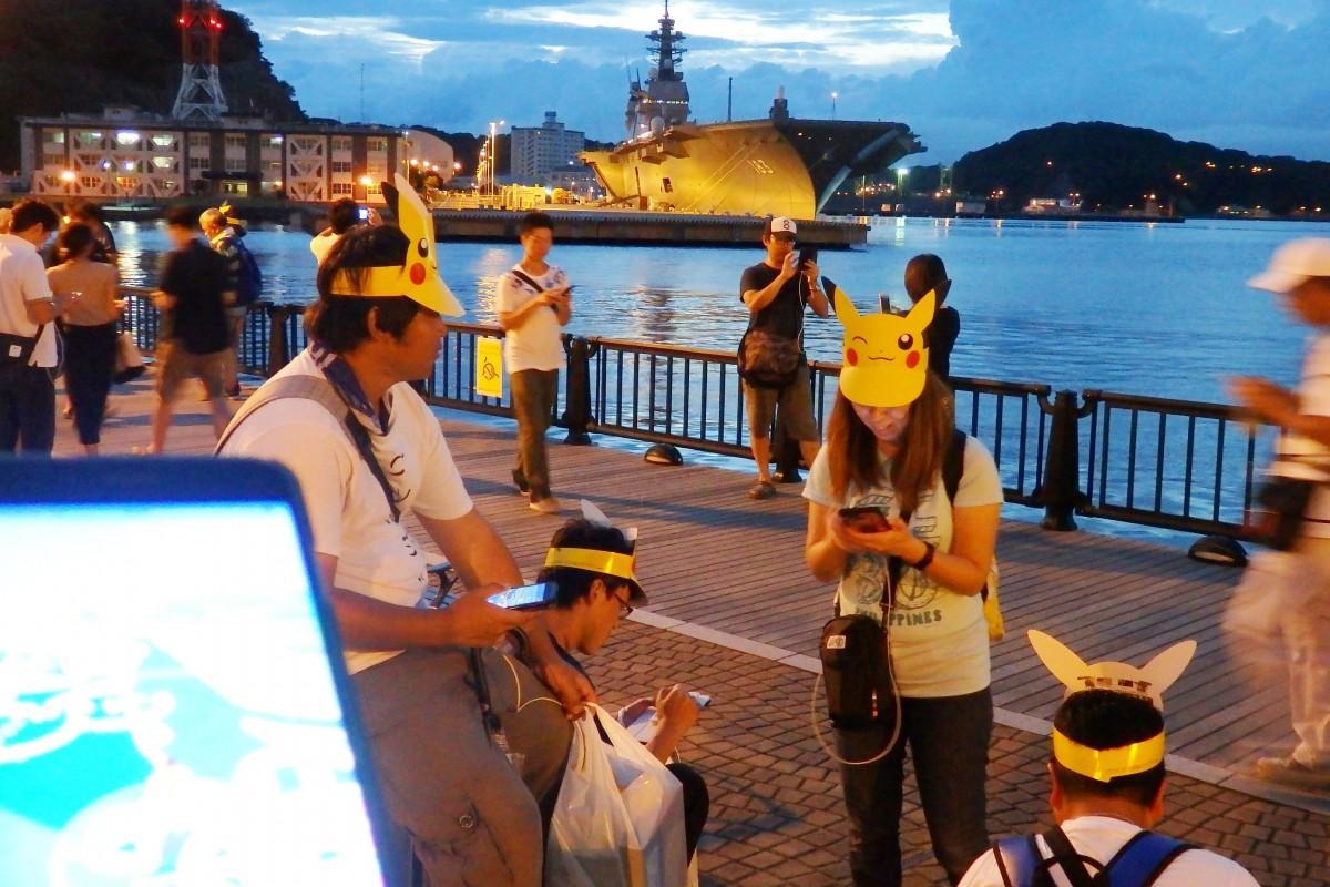 夕暮れのヴェルニー公園に集う「ポケモンGO横須賀」の参加者たち