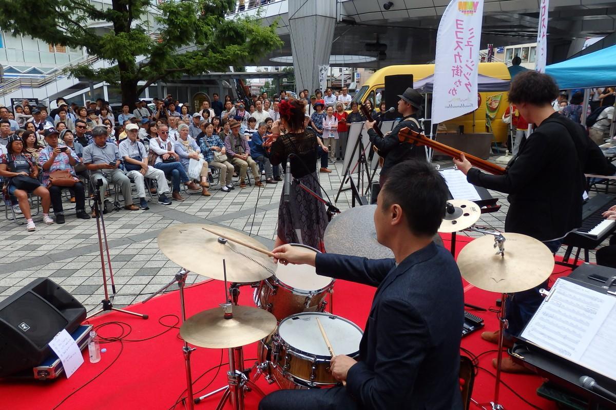 横須賀中央駅前ステージには大勢の市民が集まり、「街なかミュージック」を楽しんだ