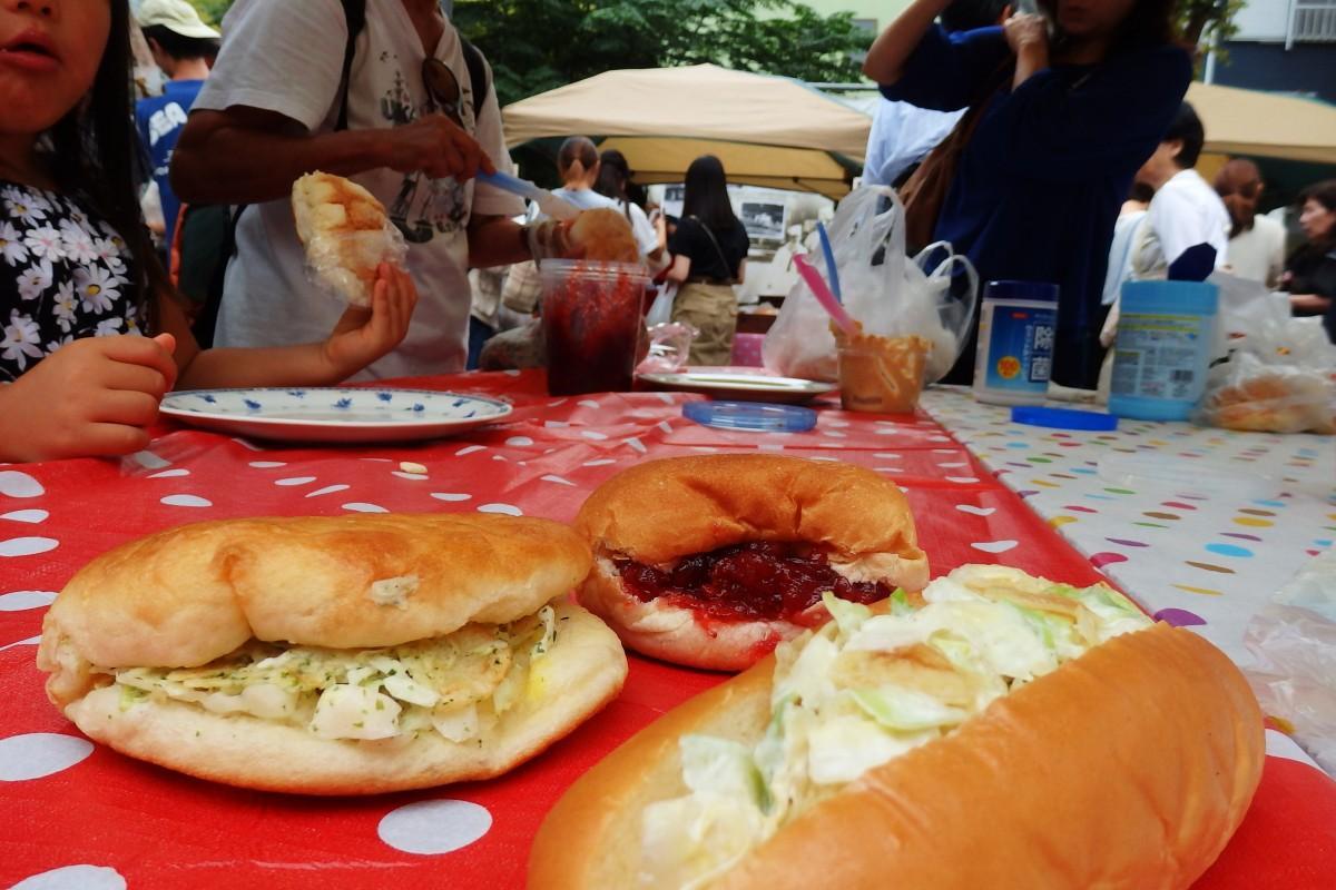 ポテチパン、よこすかソフトフランスなど地元名物パンが並んだ