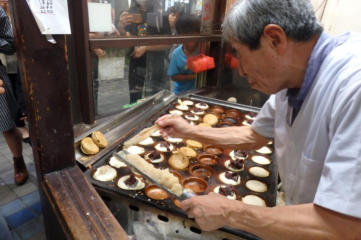 名物「三笠焼き」をひとつひとつ手作りで焼き上げる店主の実方瑞郎さん