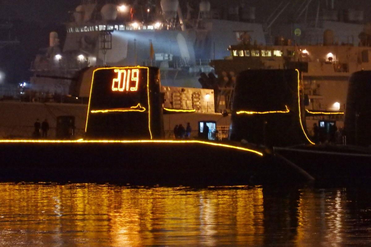 横須賀本港の海自潜水艦に、「2019」の電灯艦飾が輝いた
