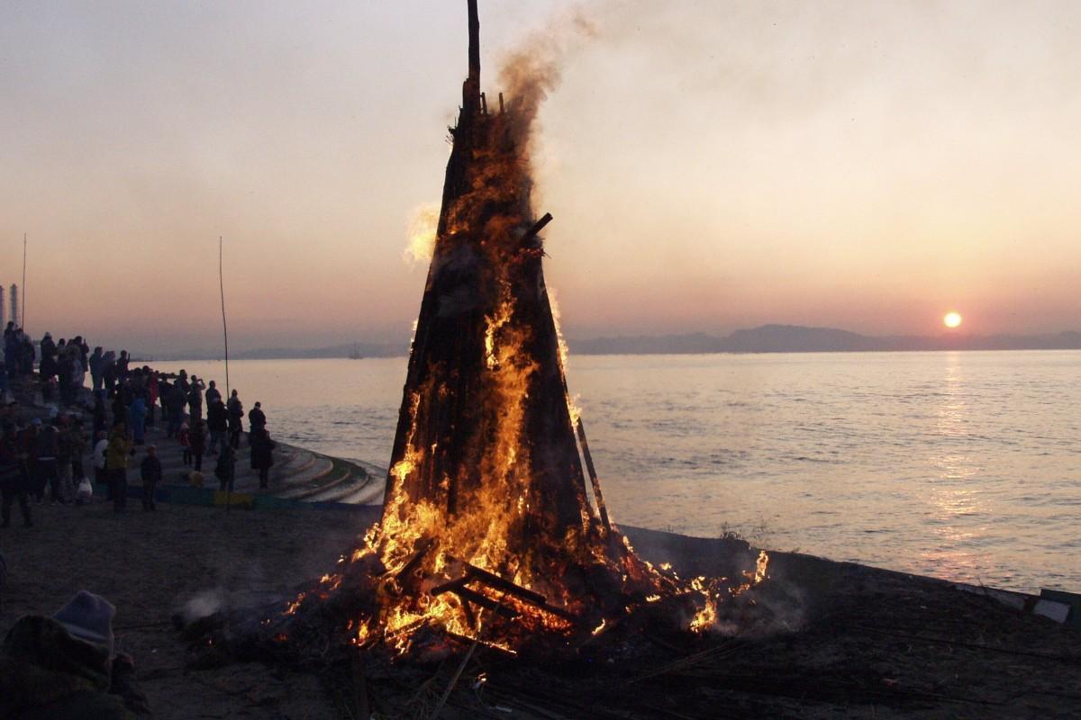 横須賀東海岸沿いの各地で、早朝に行われる伝統の火祭り「おんべ焼き」