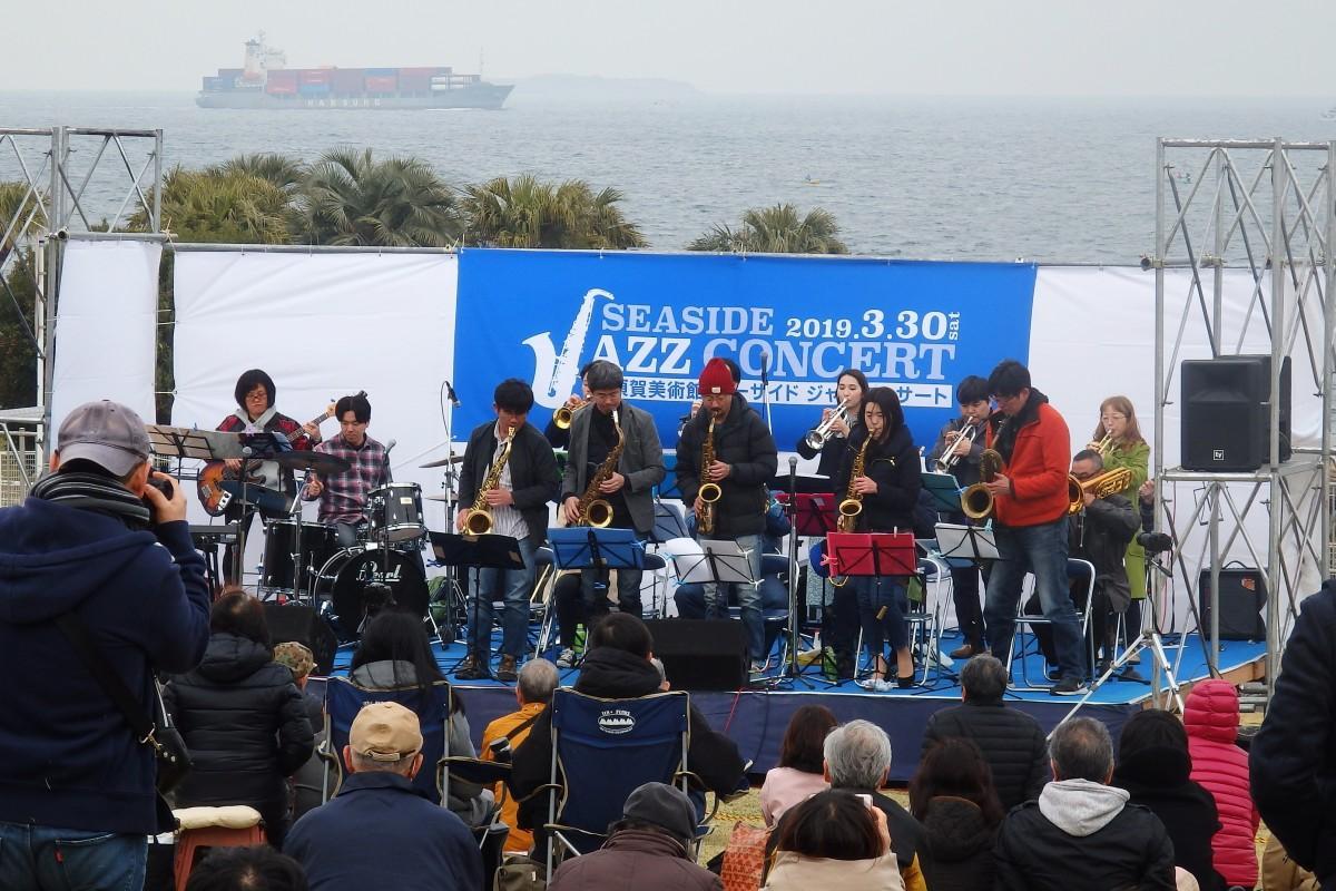 大型船が行き交う東京湾をバックに、地元ビッグバンド「JUG Four Winds Orchestra」がジャズの名曲を披露