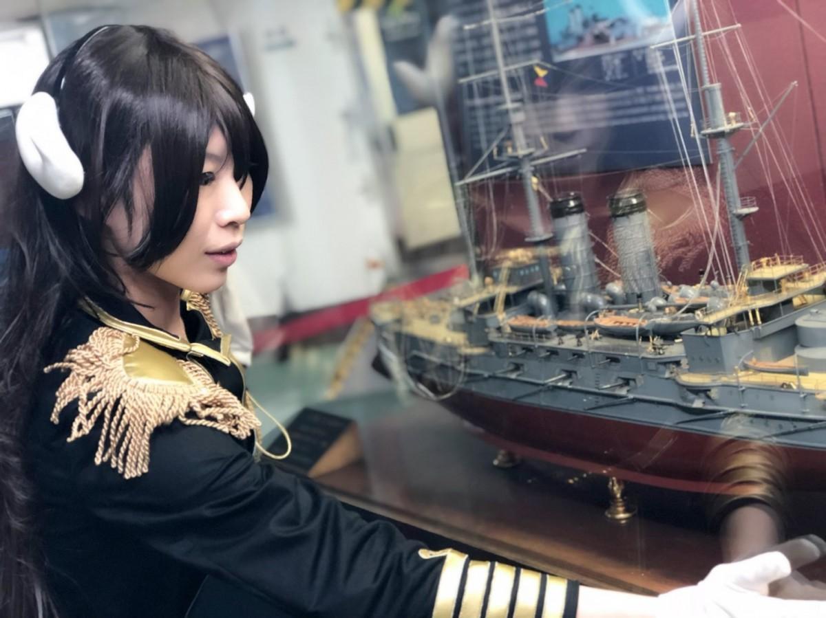 横須賀のネットカフェDICE店長、「三笠大先輩」のコスプレ姿で記念艦三笠を表敬訪問
