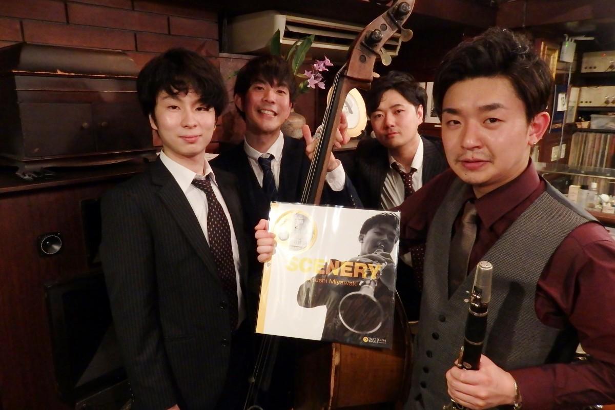 クラリネット奏者の宮脇惇さん(写真右)とバンドメンバー(野毛・ジャズ喫茶ちぐさ)
