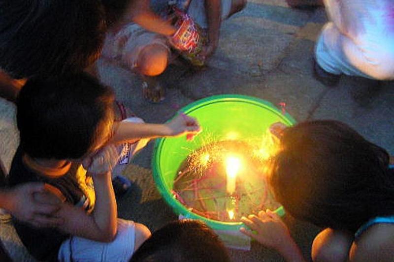 小さな火玉の持続時間を競い合う線香花火大会