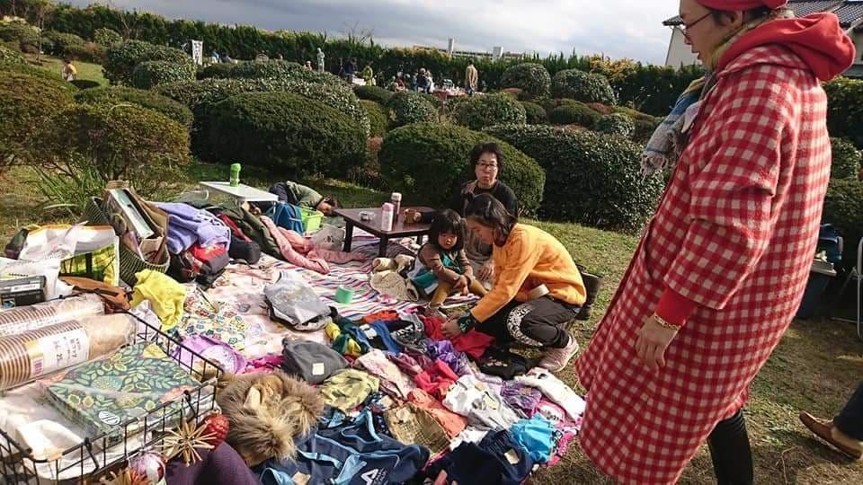 青空の下でフリーマケットを展開する主婦グループ(昨年の様子)