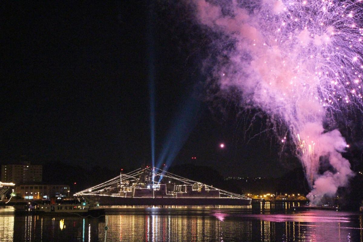 日米艦船のイルミネーション、サーチライトや花火に彩られる横須賀本港(前回の様子)