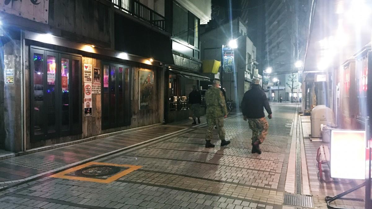 ふだんは米兵でにぎわう横須賀・ドブ板通りだが、パトロール兵の姿だけが目立った(3月25日夜撮影)