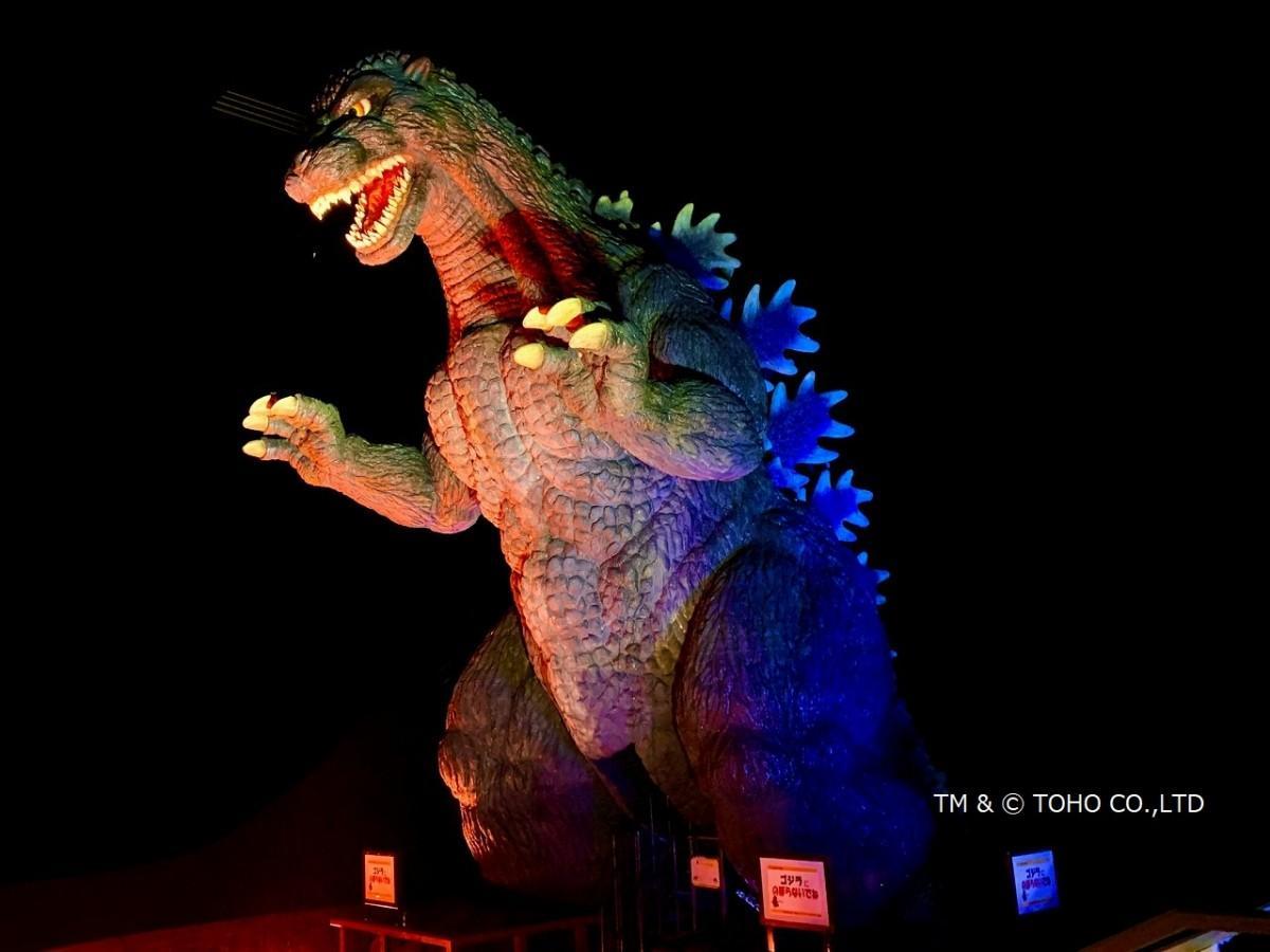 全長10メートルの「ゴジラ」がライトアップ(くりはま花の国)