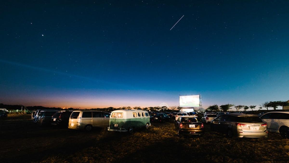 野外上映やイベントを行うドライブインシアターの様子