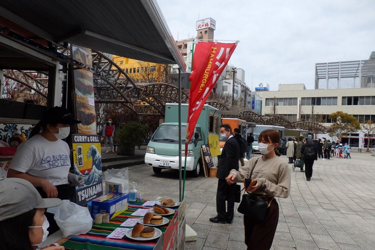 横須賀・市役所前公園にキッチンカーが集まり、多彩な食を提供