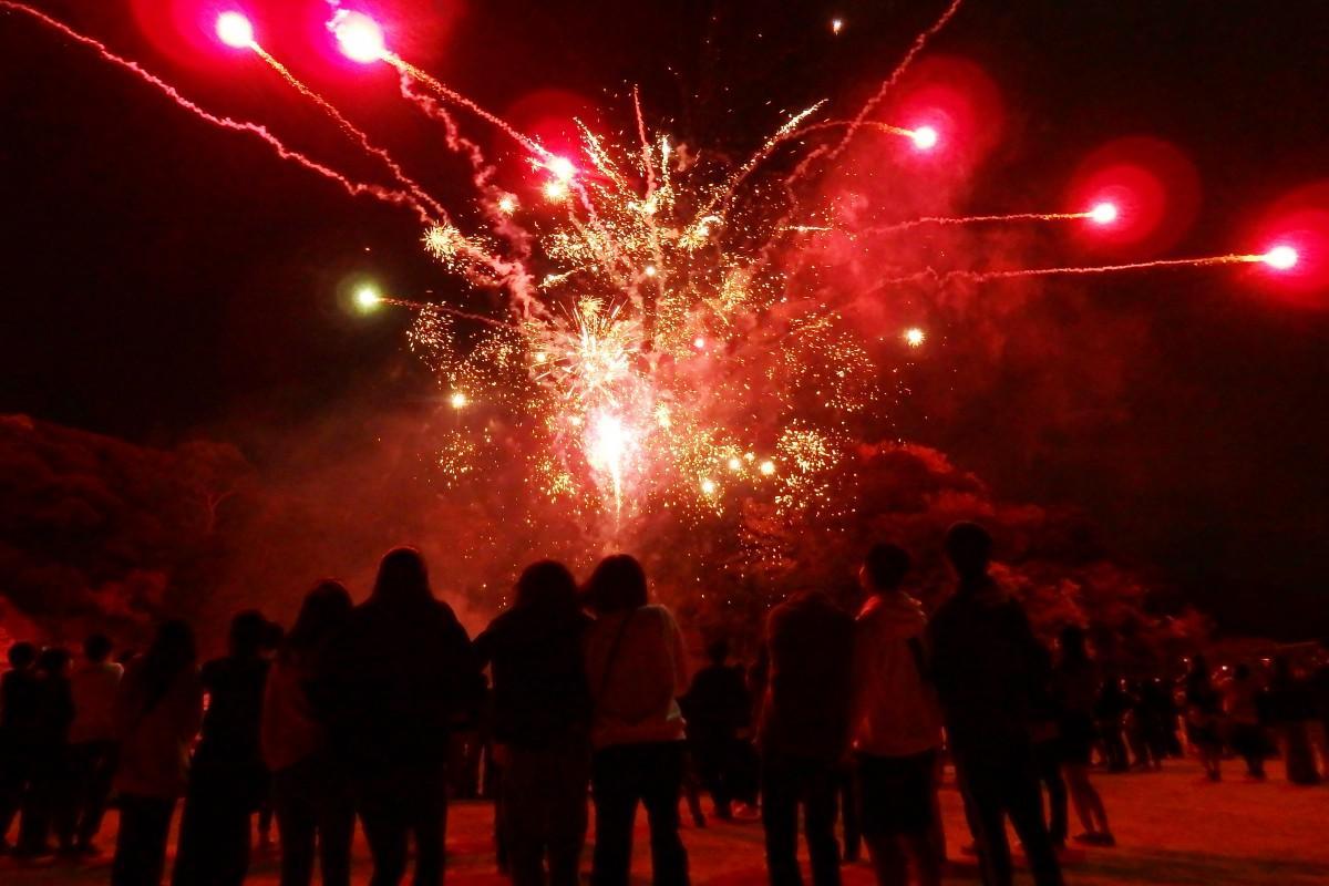 夜空に上がった「サプライス花火」に歓声を上げる浦賀中学校の生徒たち