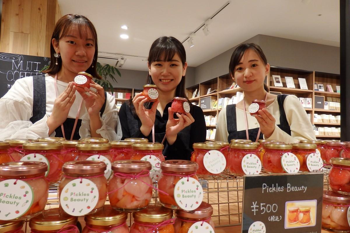 店頭販売する立教大学の学生たち。左から大恵奏歩さん、佐々木絢美さん、安杖実優さん