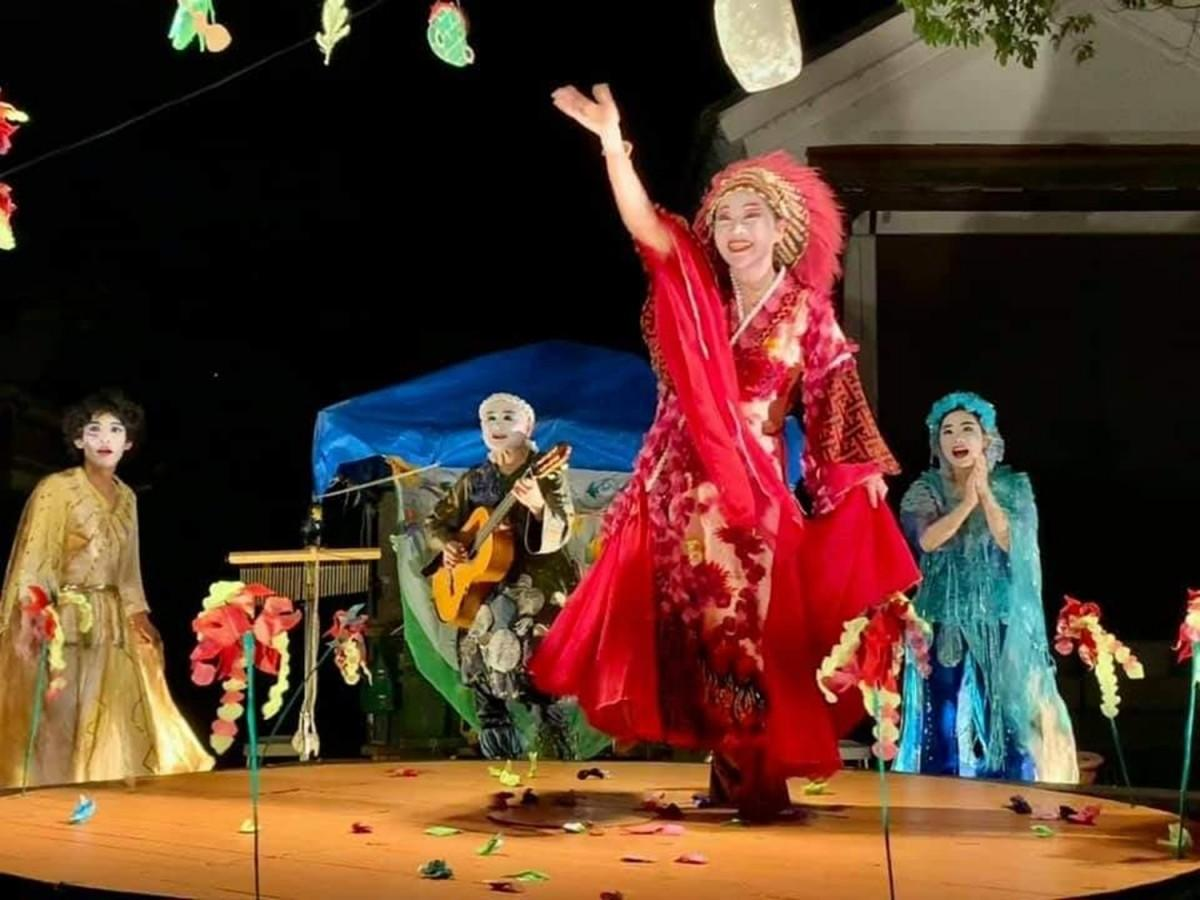 屋根なし壁なしの野外円形劇場で上演する「野外劇団 楽市楽座」