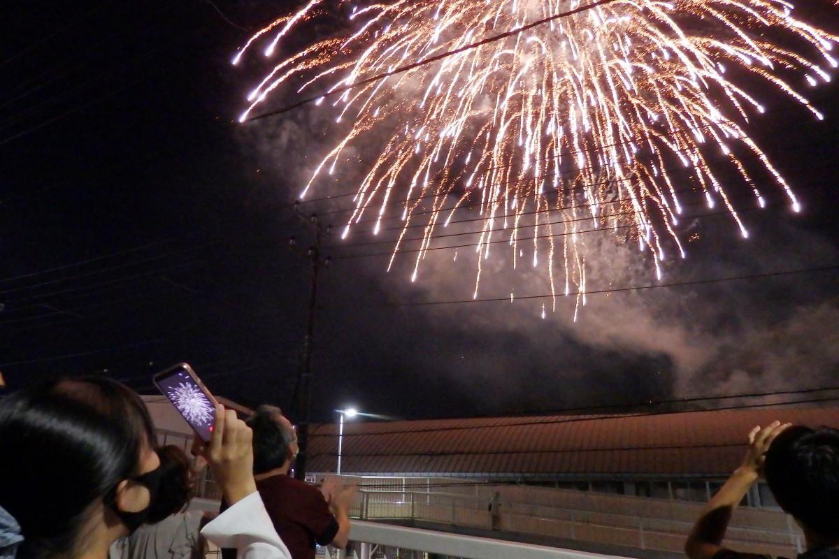 スマホで撮影しながら、大輪の花火に歓声を上げる生徒たち(神明中学校周辺)