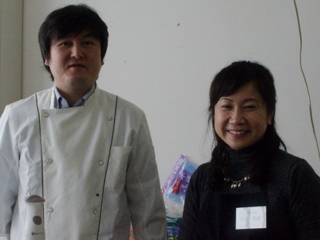 フランス料理教室で講師を務める小林淳さんとヴィーナスクラブ代表の竹下香織さん