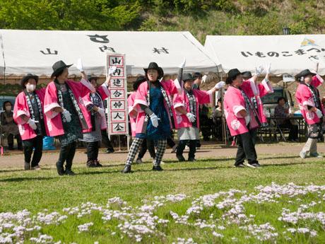 「さんない芝桜まつり」会場で山内連合婦人会がダンスを披露