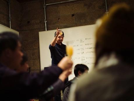 「オカノウエシードル」の販売開始を祝い乾杯する佐藤和也さん
