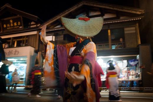 西馬音内の盆踊りの「端縫い衣装」の踊り手