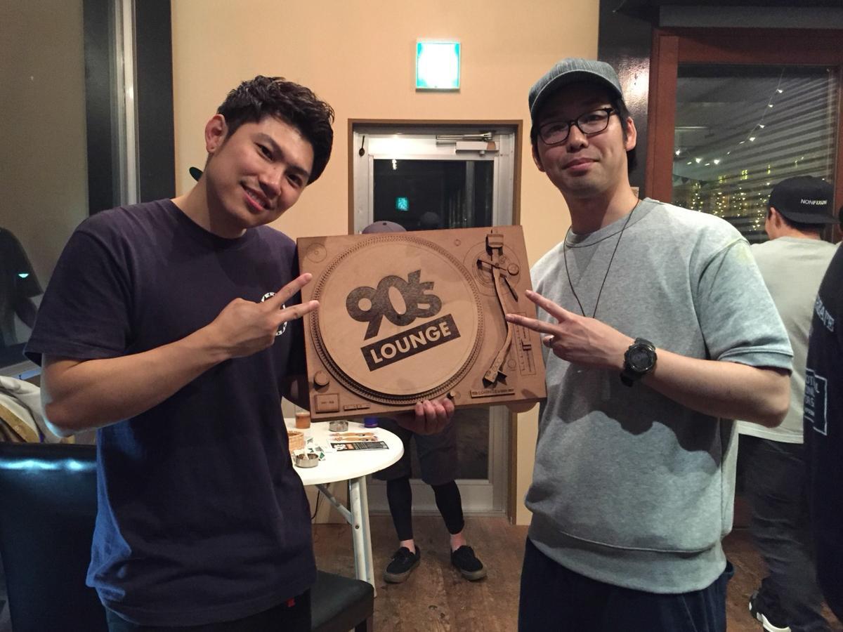 「90'S LOUNGE」を運営する遠藤大介さん(右)と高山開人さん(左)