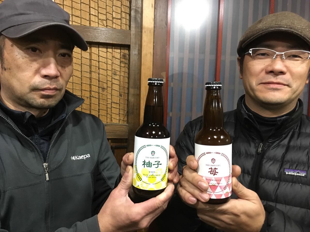 「羽後麦酒」の鈴木隆弘さん(右)と工場長