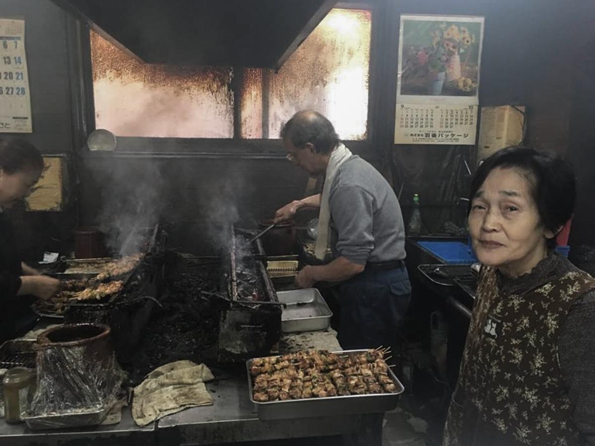 「 やきとり小山 」の調理場に立つ店主の小山ナツさん(右)