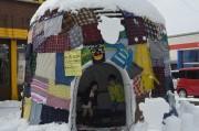 横手の古着店で「雪まつり」イベント リユース生地で個性的な雪像作り