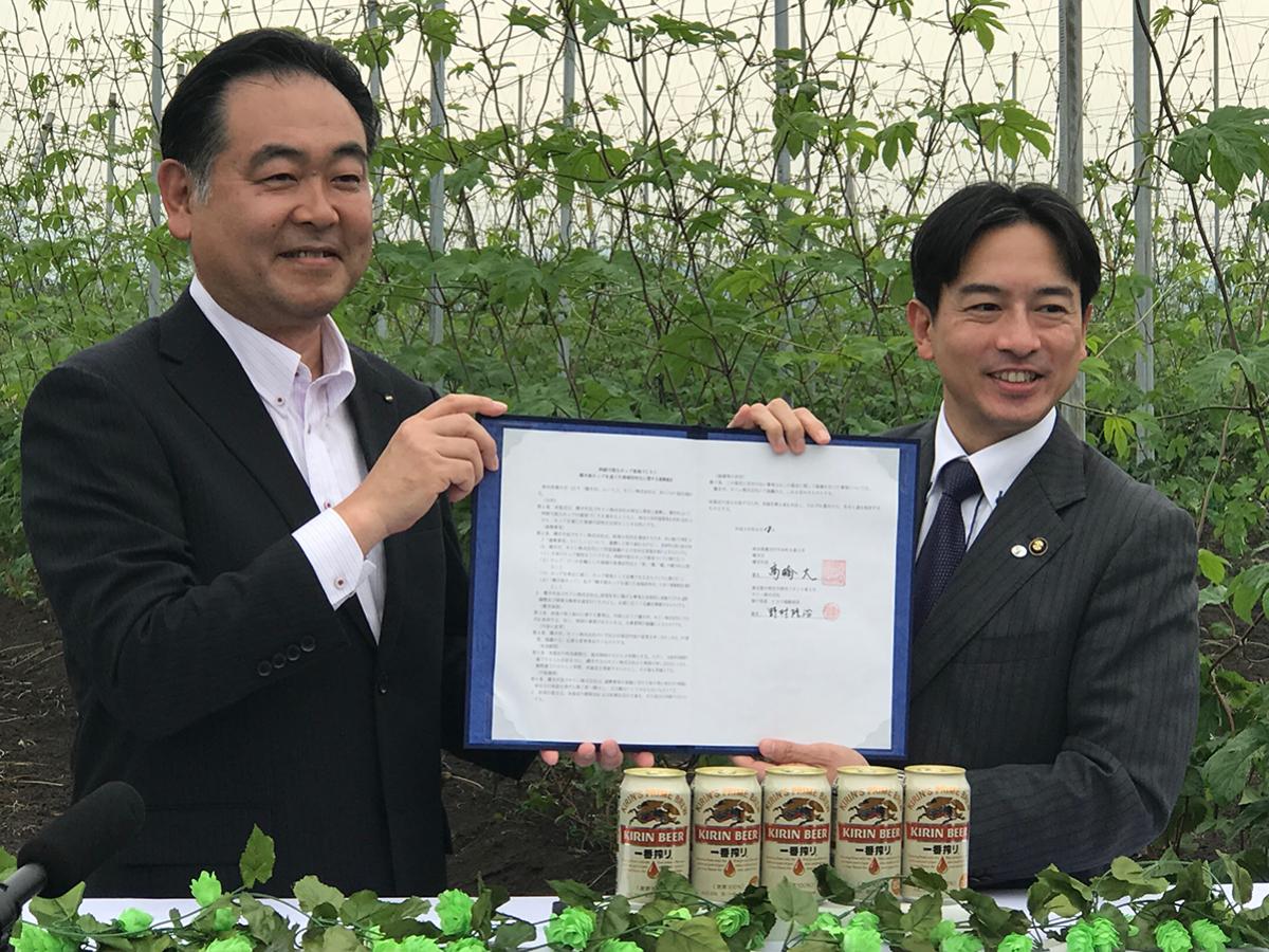 協定書を取り交わす高橋大横手市長とキリンの野村隆治執行役員