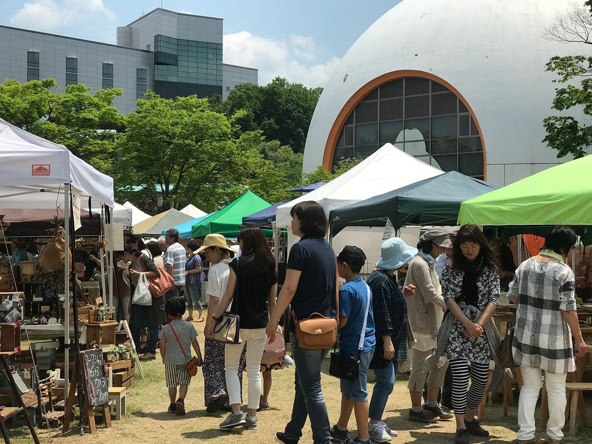 秋田ふるさと村で開かれた「アート&クラフトフェア」会場の様子
