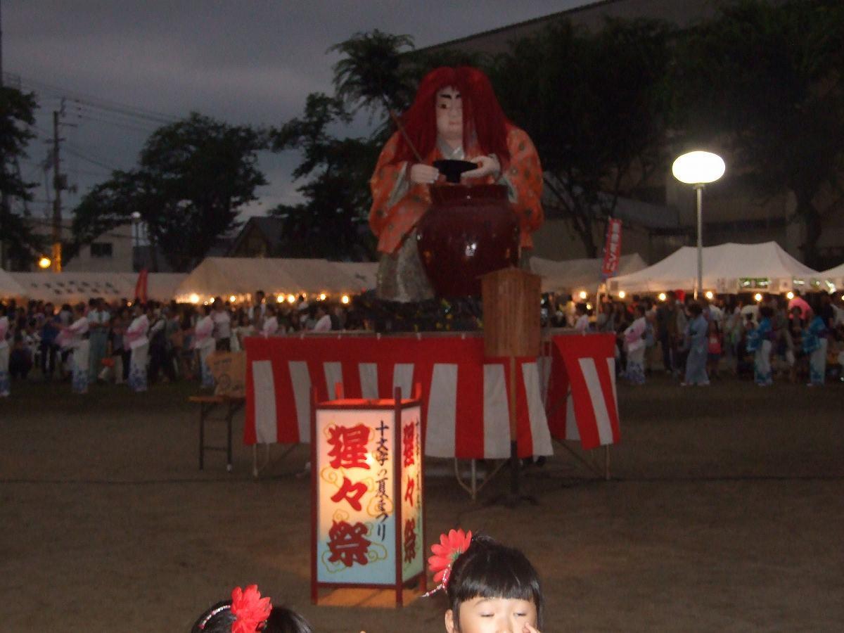 「猩々像」を周る「猩々踊り」(写真は2017年)