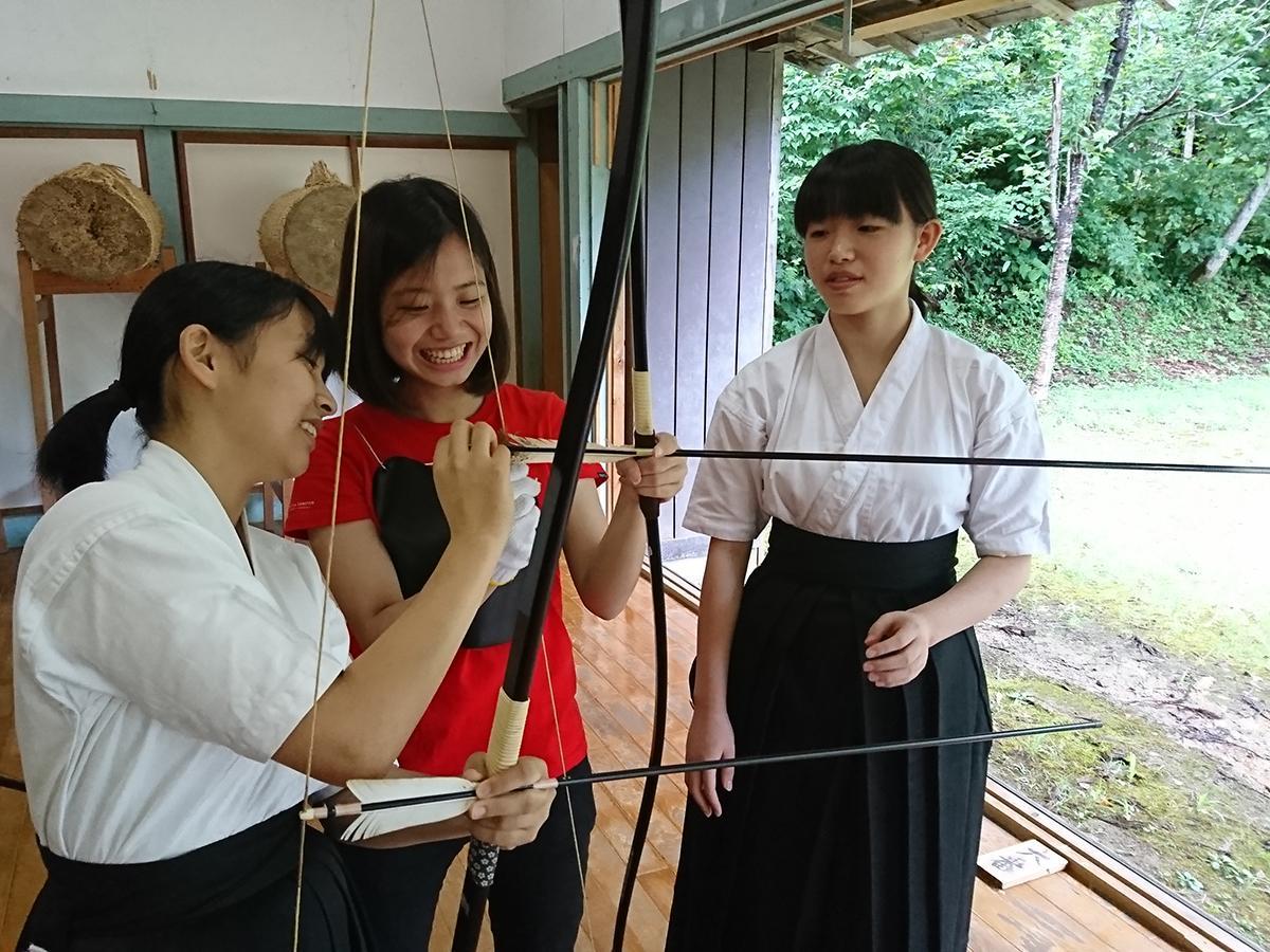 横手高校で弓道体験をする台湾の大学生