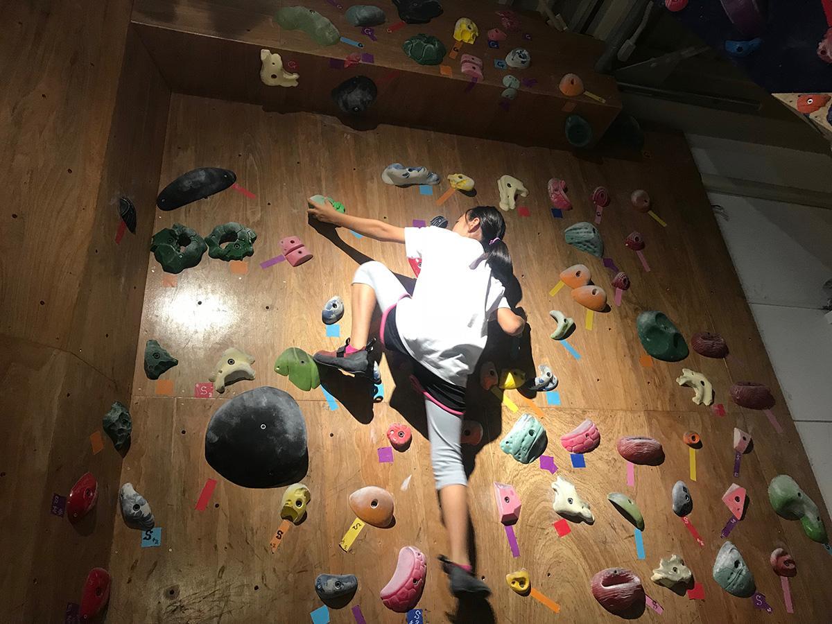 「TAKAクライミングジム」でボルダリングの練習に取り組む小学生