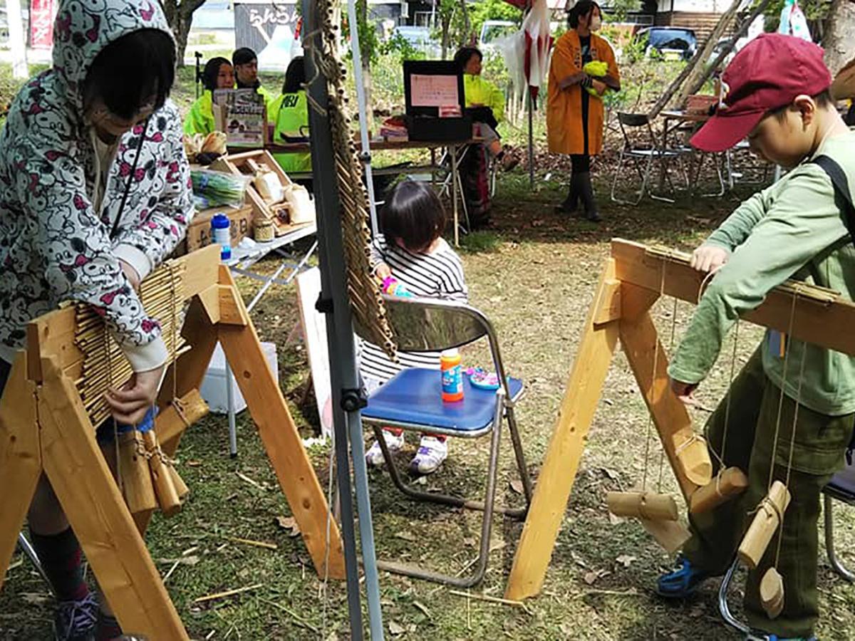 ワークショップで簾(すだれ)を編む参加者(写真は2017年)