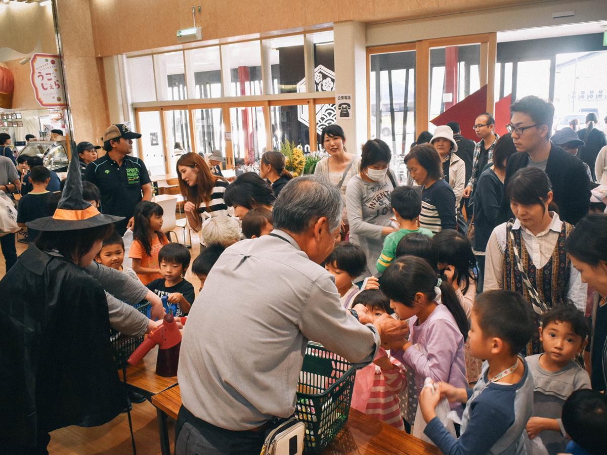 羽後町の道の駅で開かれた「おもしぇ秋穫(しゅうかく)祭」会場の様子