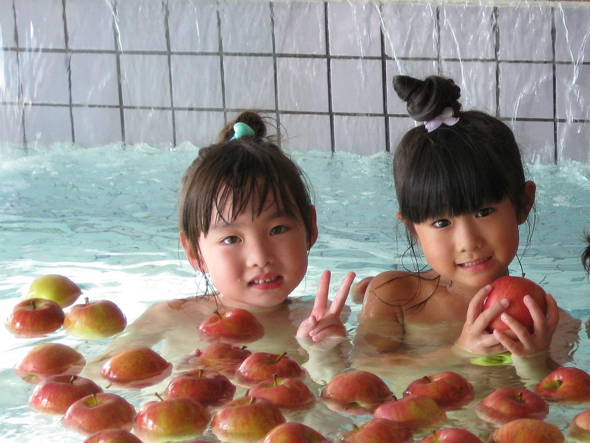 「りんご風呂」を楽しむ利用者