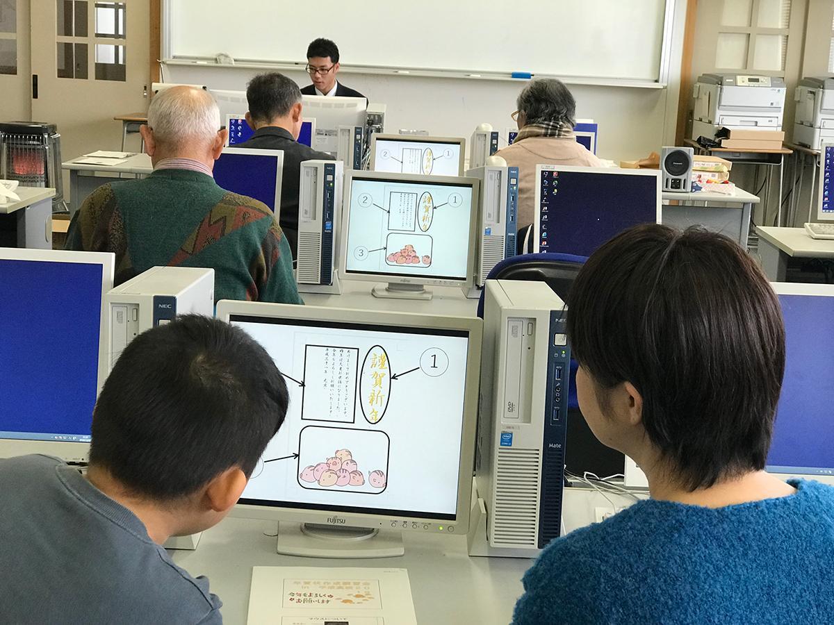 「年賀状講習会in平成高校」パソコンを使いながら説明する様子