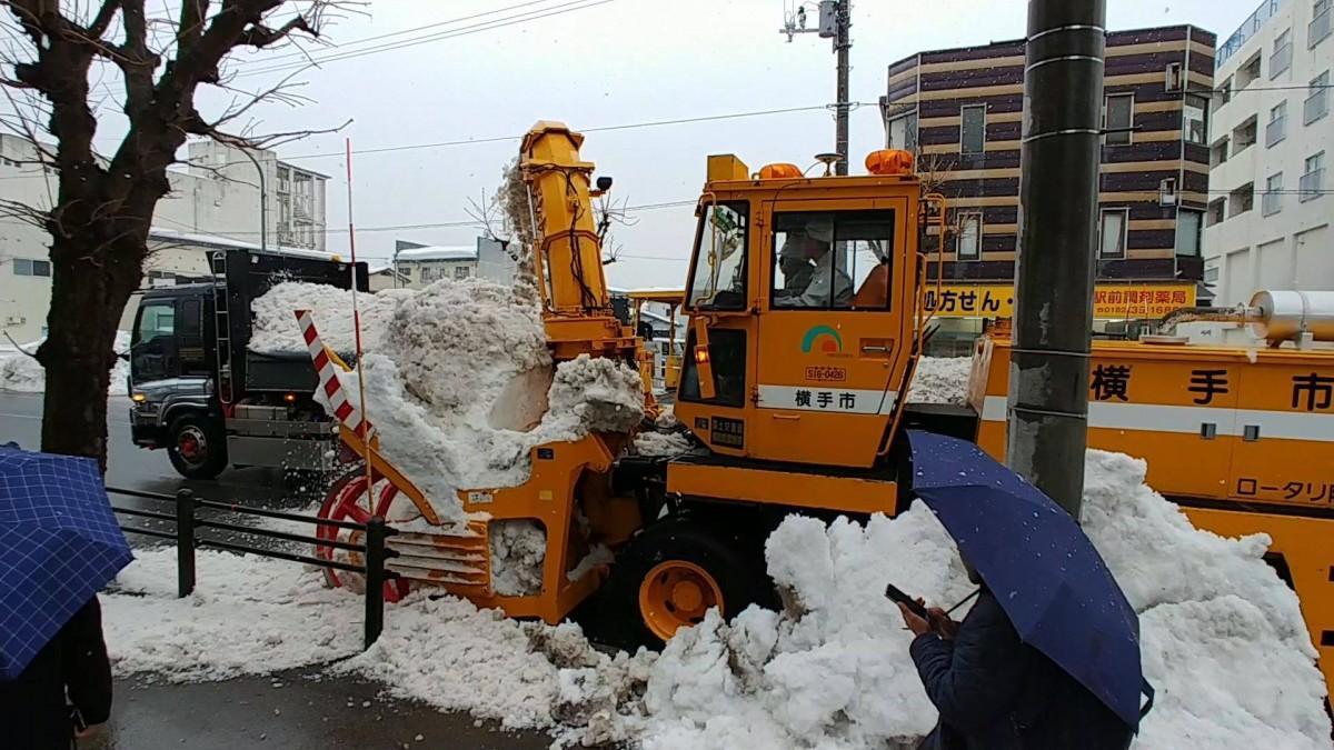 準天頂衛星システム「みちびき」の受信機を取り付けた排雪車両を使った排雪作業