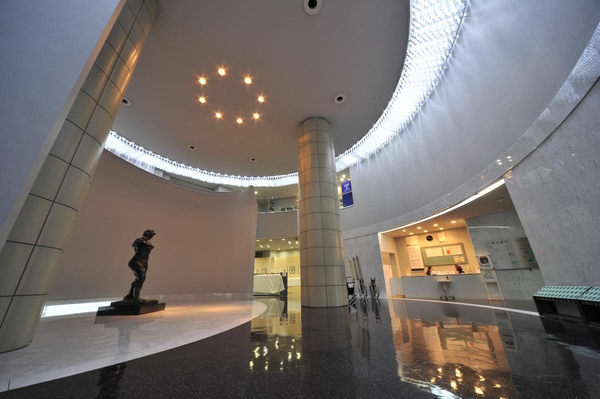 「岩合光昭の世界ネコ歩き」が開かれる横手市の秋田県立近代美術館