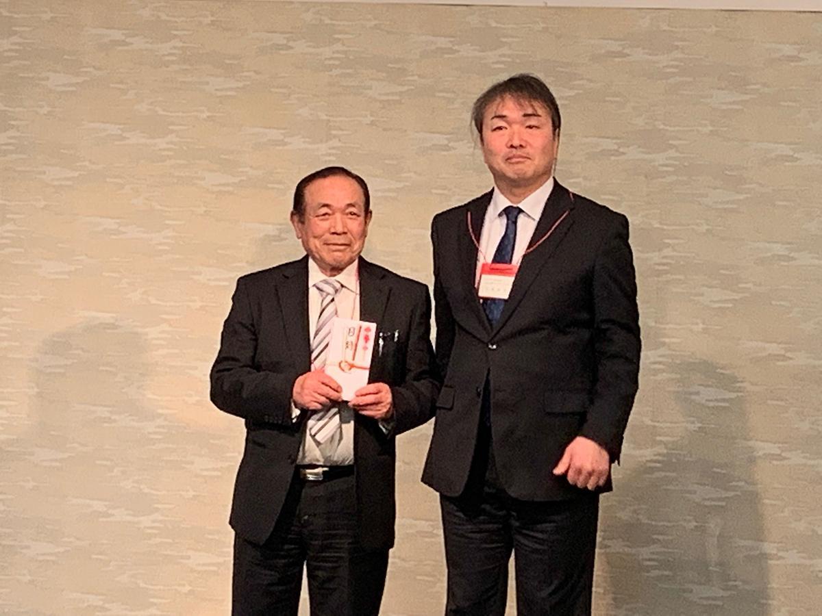 ホップ栽培最優秀者に選ばれた安藤正士さん(左)