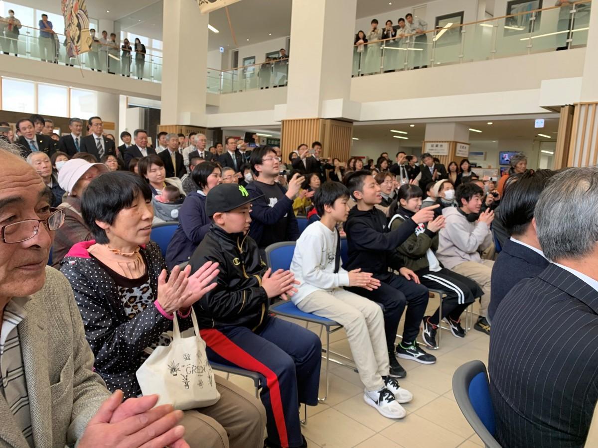 湯沢市で開かれたパブリックビューイング「新元号」発表時の様子