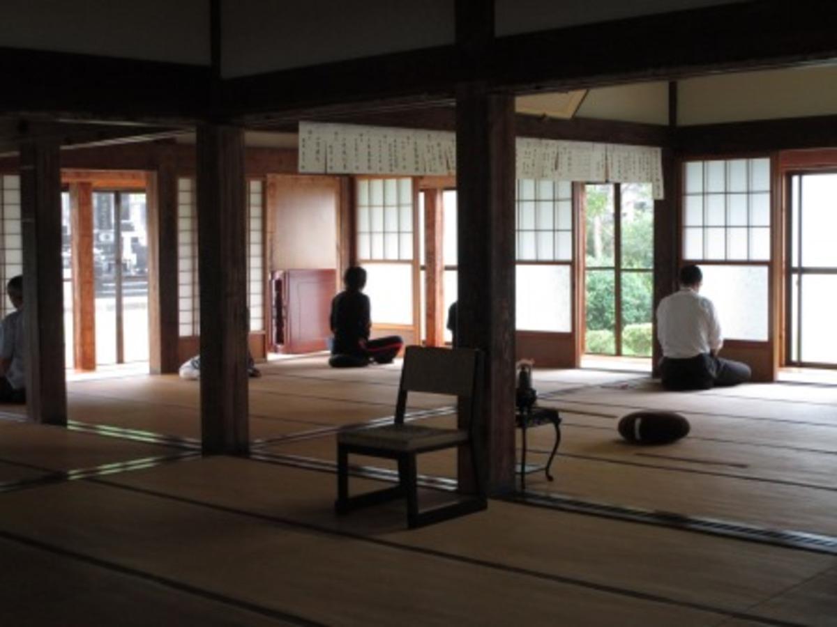 朝倉公民館主催で開かれた座禅の様子(写真は昨年)