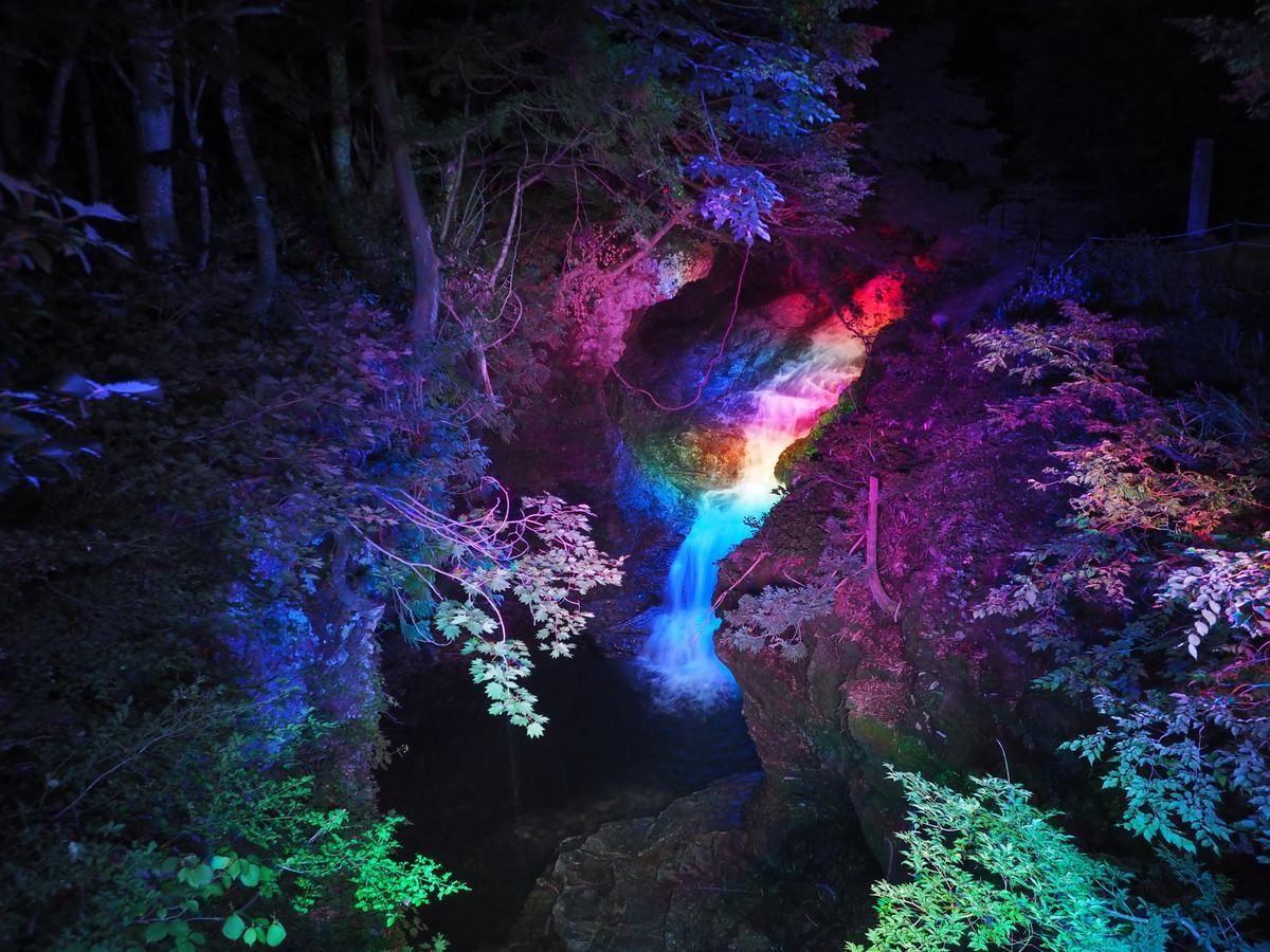 ライトアップされた湯沢市「不動滝」
