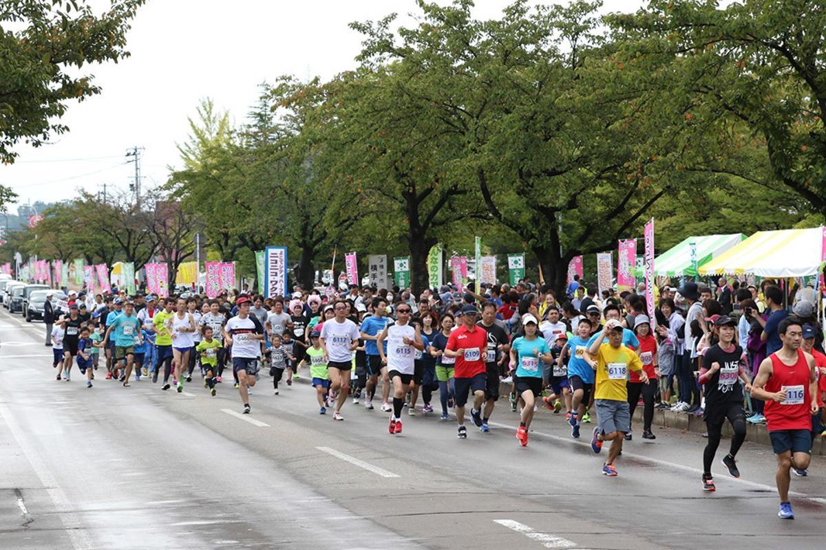 「よこてシティハーフマラソン」スタートの様子