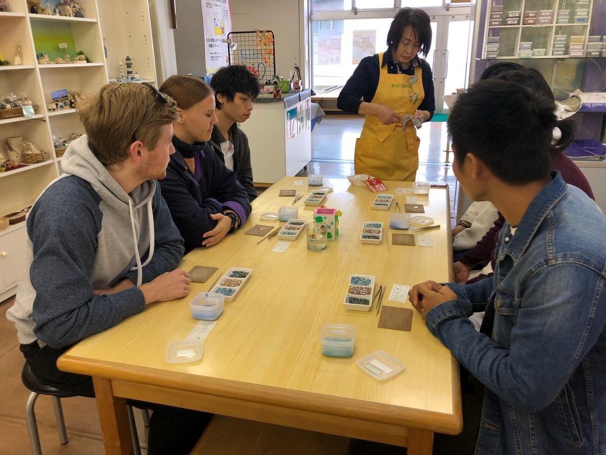 「七宝焼き」を体験する国際教養大学の学生